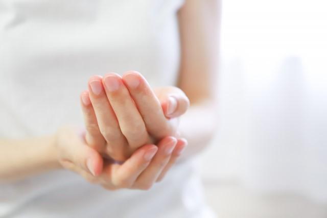 乾燥 手の甲